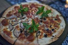 Yangshuo guesthouse - Luna Restaurant pizza - Yangshuo Village Inn