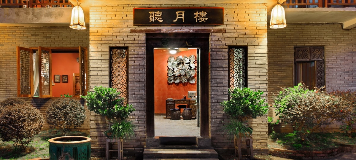 yangshuo-village-inn-moon-hill-yangshuo-china-guesthouse-entrance-night